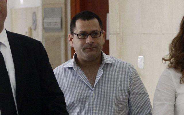 Lior Horev arrive à la cour de district de Jérusalem pour témoigner dans une affaire contre le Premier ministre Ehud Olmert le 8 septembre 2011 (Crédit : Uri Lenz/FLASH90)