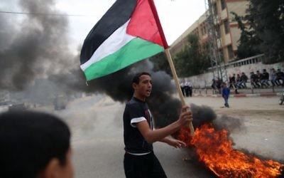 Photo : Des Palestiniens manifestent à Gaza, le 12 novembre 2012 (Crédit : Wissam Nassar/Flash90)