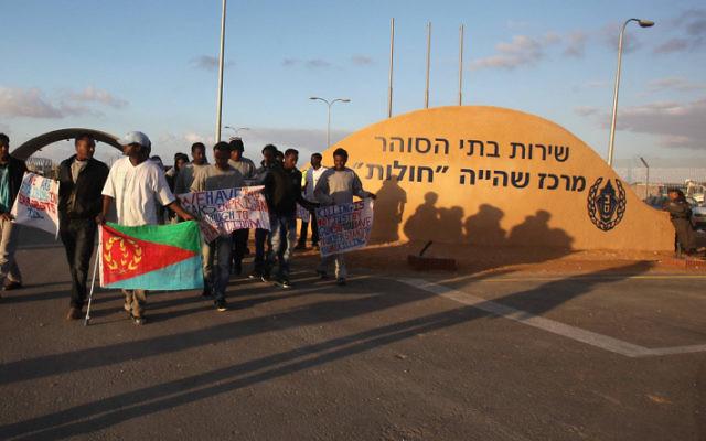 Les migrants africains protestent aux abords du centre de détention de Holot à proximité de Ktsiot, dans le désert du Negev, le 17 février 2014 (Crédit : FLASH90)
