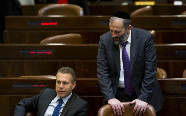 Le ministre de la Sécurité intérieure Gilad Erdan, à gauche, discute avec le ministre de l'Economie Aryeh Deri dans la salle de l'assemblée de la Knesset, le 25 mai 2015 à Jérusalem (Crédit :  Yonatan Sindel/Flash90)