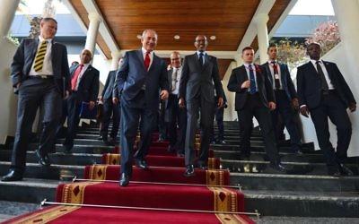 Le Premier ministre Benjamin Netanyahu rencontre le président du Rwanda, Paul Kagame, à Kigali, au Rwanda, le 6 juillet 2016. (Crédit : Kobi Gideon / GPO)
