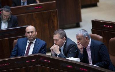 Naftali Bennett, ministre de l'Éducation, à gauche, Gilad Erdan, ministre de la Sécurité intérieure, au centre, et Moshe Kahlon, ministre des Finances, durant un vote à la Knesset le 21 décembre 2016.  (Yonatan Sindel/Flash90)