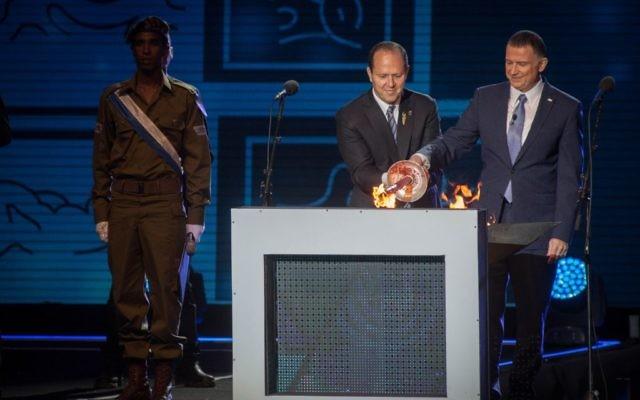 Le président de la Knesset Yuli Edelstein, à droite, et le maire de Jérusalem, Nir Barkat, au centre, allument la torche lors de la cérémonie d'état marquant la 69ème journée de l'Indépendance d'Israël sur le mont   Herzl, de Jérusalem, le 1er mai 2017 (Crédit : Hadas Parush/Flash90)