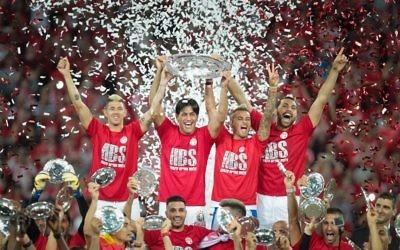 Le capitaine de l'Hapoel Beer Sheva, Elyaniv Barda, deuxième à partir de la gauche, avec son équipe pour célébrer leur victoire de la Ligue des Champions israélienne, à Beer Sheva, le 8 mai 2017. (Crédit : Roy Alima/Flash90)