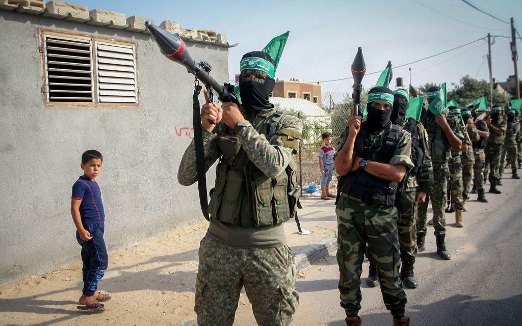 Les membres des Brigades Ezzedine al-Qassam, l'aile militaire du mouvement terroriste palestinien islamiste du Hamas, participent à un rassemblement marquant les trois années écoulées depuis l'opération Bordure protectrice, le 20 juillet 2017, à Khan Younis, dans le sud de la bande de Gaza. (Crédit : Abed Rahim Khatib / Flash90)