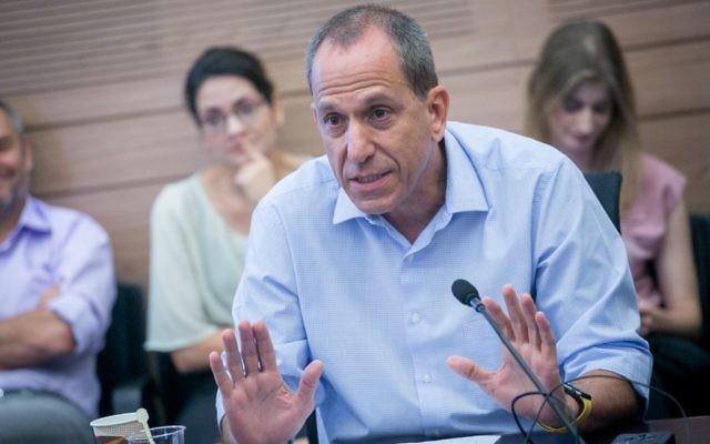 Le président de l'Autorité des titres israéliennes Shmuel Hauser, lors d'une rencontre de la commission des Finances à la Knesset, le 11 septembre 2017 (Crédit : Miriam Alster/FLASH90)