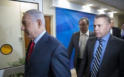 Le Premier ministre Benjamin Netanyahu et le ministre à la Sécurité intérieure Gilad Erdan arrivent à une réunion du cabinet au bureau du Premier ministre de Jérusalem, le 1er octobre 2017 (Crédit : Amit Shabi/POOL/Flash90)