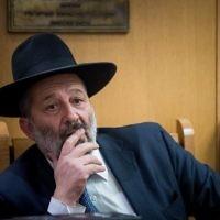 Aryeh Deri, ministre de l'Intérieur, pendant une cérémonie de commémoration du rabbin Ovadia Yossef, à Jérusalem, le 22 octobre 2017. (Crédit : Yonatan Sindel/Flash90)
