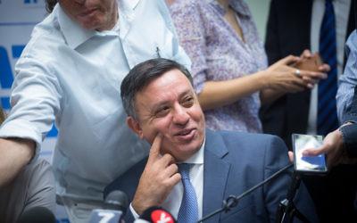 Le chef du parti de l'Union sioniste  Avi Gabbay dirige une réunion de sa faction à la Knesset le 23 octobre 2017 (Crédit : Miriam Alster/Flash90)