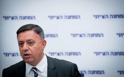 Le leader de l'Union sioniste Avi Gabbay à la tête d'une réunion de sa faction à la Knesset, le 30 octobre 2017 (Crédit :  Yonatan Sindel/Flash90)