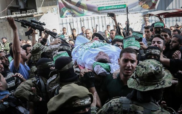 Les membres du groupe terroriste du Hamas transportent le corps de Maslih Shabir, 30 ans, à Khan Yunis, dans le sud de la bande de Gaza, le 31 octobre 2017 (Crédit : Abed Rahim Khatib/Flash90)