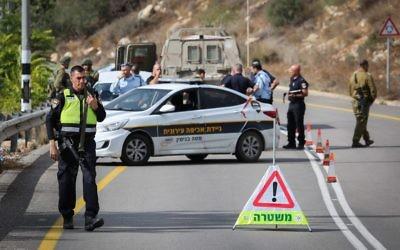 Les forces de sécurité près de l'implantation de Halamish, en Cisjordanie, où des soldats ont tué un conducteur palestinien qui, selon eux, aurait foncé dans leur direction, le 31 octobre 2017. (Crédit : Flash90)