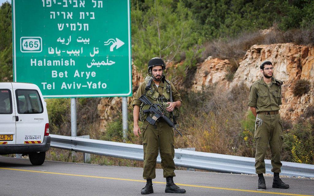 Les forces de sécurité à proximité de l'implantation de Halamish, en Cisjordanie, où des soldats de l'armée israélienne ont tué le conducteur palestinien d'un véhicule qui aurait accéléré dans leur direction en les voyant (Crédit : Flash90)