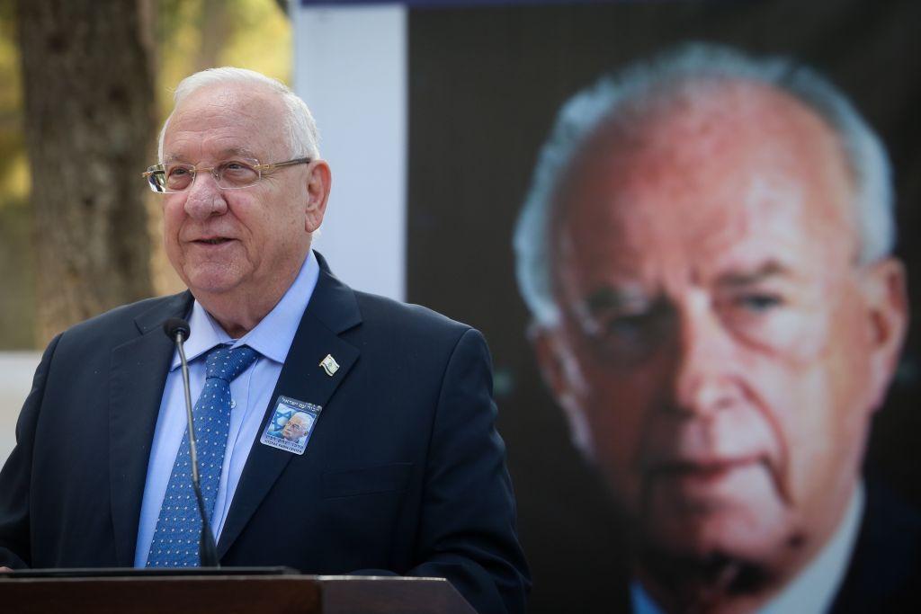 Le président israélien Reuven Rivlin, lors de la cérémonie officielle marquant le 22e anniversaire de meurtre de Yitzhak Rabin, au cimetière du Mout Herzl à Jérusalem, le 1 novembre 2017. (Crédit : Marc Israel Sellem/POOL)