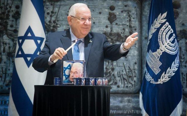 Le président israélien Reuven Rivlin, lors de la cérémonie officielle marquant le 22e anniversaire de meurtre de Yitzhak Rabin, à la résidence présidentielle à Jérusalem, le 1 novembre 2017. (Crédit : Marc Israel Sellem/POOL)