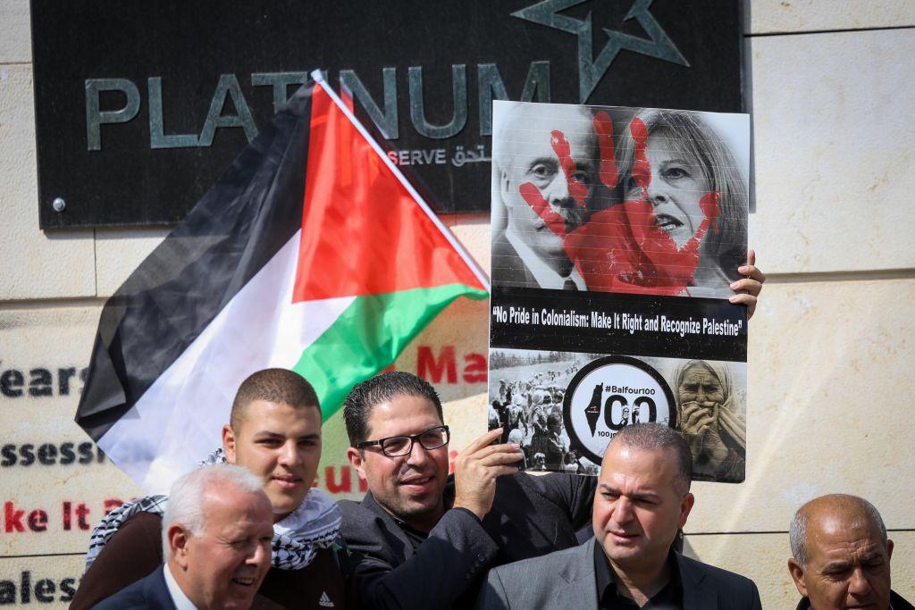 Des Palestiniens marquent les 100 ans de la Déclaration Balfour à Ramallah, le 2 novembre 2017 (Crédit : Flash 90)