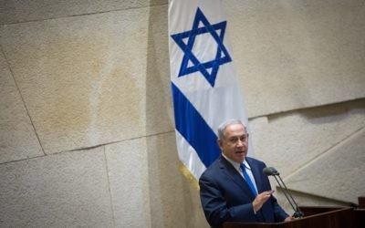 Benjamin Netanyahu à la Knesset durant une assemblée extraordinaire pour le centenaire de la Déclaration Balfour, le 7 novembre 2017 (Crédit : Miriam Alster/Flash90)