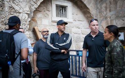 L'acteur américain Will Smith aux abords de l'église du Saint sépulcre dans la Vieille Ville de Jérusalem le 9 novembre 2017 (Crédit :  Yonatan Sindel/Flash90).