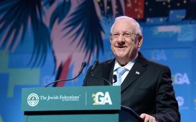 Le président Reuven Rivlin s'exprime devant l'Assemblée générale des Fédérations juives d'Amérique du nord à Los Angeles le 14 novembre 2017 (Crédit : Mark Neyman/GPO)