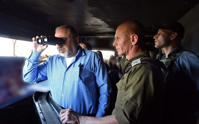 Le ministre de la Défense Avigdor Liberman utilise les jumelles durant une visite sur la frontière nord d'Israël, le 17 novembre 2017 (Crédit :  Ariel Hermoni/Ministère de la Défense)