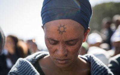 Des membres de la communauté juive éthiopienne en Israël participent à une prière de la fête de Sigd sur la promenade Armon Hanatziv surplombant Jérusalem, le 16 novembre 2017 (Crédit : Hadas Parush / Flash90)