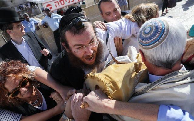 Des membres du mouvement réformé et de l'Hebrew Union College affrontent des manifestants ultra-orthodoxes et des agents de sécurité, en essayant d'entre sur l'esplanade du mur Occidental, dans la Vieille ville de Jérusalem, le 16 novembre 2017. (Crédit : Noam Rivkin Fenton,/Flash90)