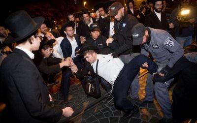Des Juifs ultra-orthodoxes protestent contre le service militaire à l'entrée de Jérusalem le 19 novembre 2017 (Crédit : Yonatan Sindel/Flash90)