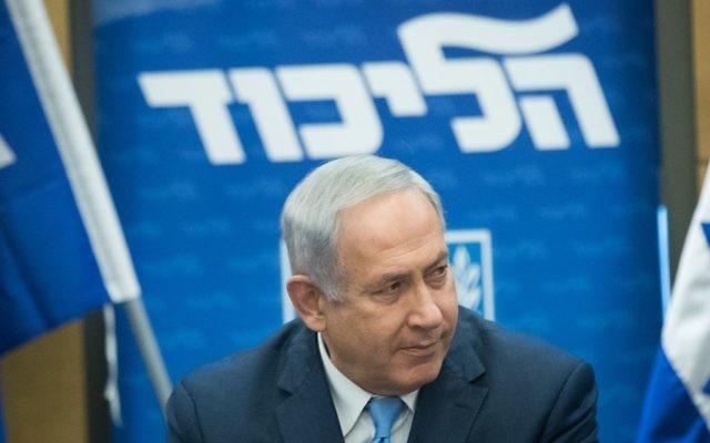 Le Premier ministre Benjamin Netanyahu ,durant une réunion du Likud, le 20 novembre 2017. (Crédit : Yonatan Sindel/Flash90)