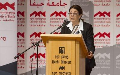 La présidente à la Cour suprême Esther Hayut durant une conférence à l'université de Haïfa, le 23 novembre 2017 (Crédit : Flash90)