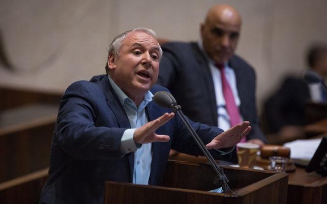 Le député du Likud David Amsalem lors d'une séance plénière de la Knesset le 27 novembre 2017 (Crédit :Hadas Parush/Flash90)