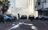Deux voitures incendiées après une explosion sur la rue Mont Hermon à Ashdod, le 7 novembre 2017. (Crédit : Police israélienne)