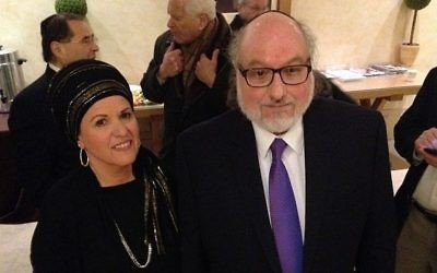 Jonathan Pollard et son épouse Esther, photographiés durant une pause café lors d'une rencontre avec la CoP (Conference of the Presidents of Major American Jewish Organizations) le 24 janvier 2016  (Autorisation : Justice4JP)
