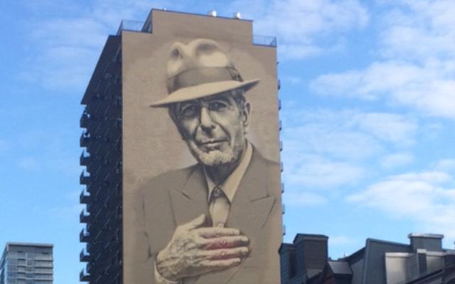 Un portrait haut de 22 étages sur le côté d'un immeuble sur  Crescent Street, à Montréal. (Crédit : Robert Sarner/Times of Israel)