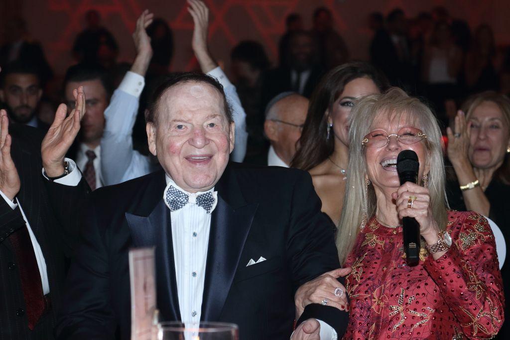 Sheldon et Miriam Adelson, quelques instants après avoir annoncé une promesse de don de 12 millions de dollars pour soutenir le Magen David Adom en Israël, le 30 octobre 2017, au Red Star Ball de l'AFMDA à Los Angeles, Etats-Unis (Crédit : Michelle Mivzari)