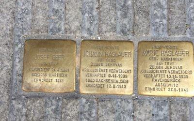 Des Stolpersteine, ou 'pierres sur lesquelles on trébuche' dédié à la mémoire de Josef Geer et aux Hauslauer - un couple marié qui était Témoins de Jéhovah - à Salzbourg, en Autriche (Crédit : Noah Lederman / Times of Israël)