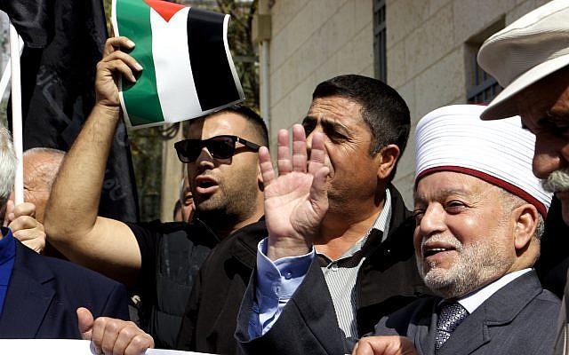 Le grand mufti de Jérusalem Muhammad Ahmad Hussein (premier à droite) assiste à une manifestation devant le consulat britannique à Jérusalem-Est, marquant le centenaire de la décélération Balfour. (Crédit : AFP)