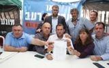 Les chefs des implantations signent un accord pour la sécurité en Cisjordanie, devant la résidence du Premier ministre, à Jérusalem, le 10 novembre 2017. De gauche à droite : David Bitan, Avi Naim, maire de Beit Aryeh, le député Oren Hazan, le président du conseil régional de Samarie Yossi Dagan, Itzhak Abutbul, Hadas Mizrahi, Melachi Levinger, maire de Kiryat Arba-Hebron (Crédit : conseil régional de Samarie)