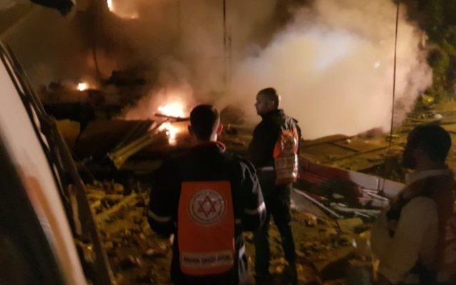 Les personnels de secours sur le site d'une explosion et d'un effondrement d'immeuble à Jaffa, le 27 novembre 2017 (Crédit : Magen David Adom)