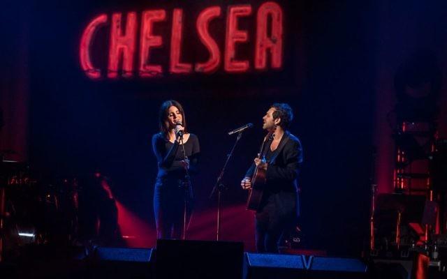 Lana Del Rey chante au concert d'hommage à Leonard Cohen, à Montréal, le 6 novembre 2017. (Crédit : Michel Couvrette)