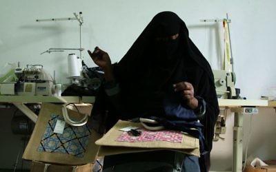 Dans un petit atelier d'un camp de réfugiés palestiniens du nord de la Jordanie, des femmes brodent des articles qui seront vendus dans une boutique haut de gamme à Paris, Londres ou Dubaï. (Crédit : AFP)