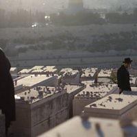 Des Juifs ultra-orthodoxes sur les tombes du mont des Oliviers (Crédit :  Yonatan Sindel/Flash90)