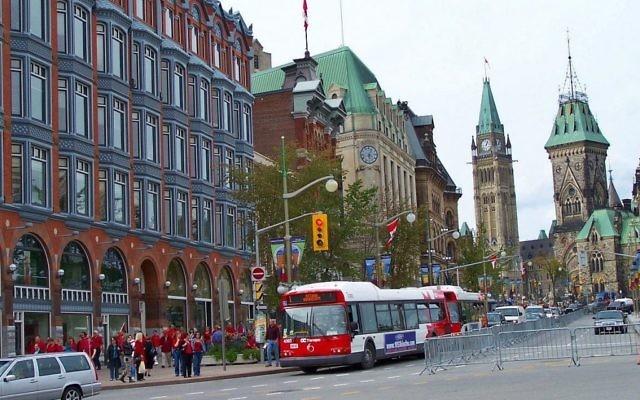 Une rue du centre-ville d'Ottawa, Canada (Crédit : Domaine Public / Wikipedia)
