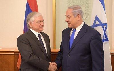 Benjamin Netanyahu et le ministre des Affaires étrangères arménien Edward Nalbandian, à Jérusalem, le 7 novembre 2017. (Crédit : Amos Ben-Gershom/GPO)