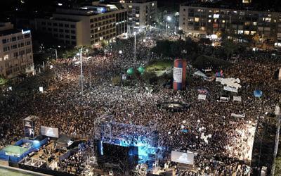 Quelque 100 000 personnes assistent à un rassemblement marquant le 20e anniversaire de l'assassinat du Premier ministre israélien Yitzhak Rabin sur la même place de Tel Aviv où il a été tué lors d'un rassemblement pour la paix en 1995, en 2015 (Crédit : Flash90 / Tomer Neuberg)