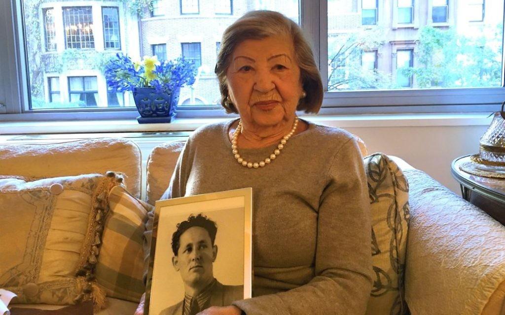 Rose Holm dans son appartement, montrant une photo de feu son époux, Joe (Crédit : Josefin Dolsten/JTA)