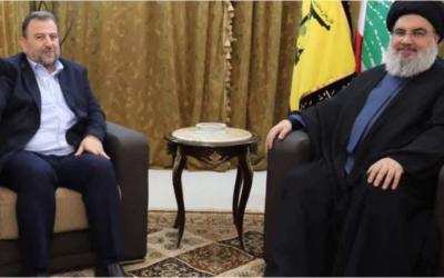 Le chef politique adjoint du Hamas Saleh al-Arouri lors d'une rare rencontre publique avec le chef du groupe terroriste libanais Hassan Nasrallah à Beyrouth, au Liban, le 31 octobre 2017 (Capture d'écran : PalInfo )