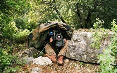 Illustration. Un soldat israélien se prépare à lancer un missile anti-char Spike lors d'un exercice d'entraînement. (Crédit : Rafael Advanced Defense Systems)