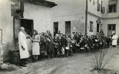 Des Juifs alignés dans le ghetto de Varsovie au cours de la Seconde guerre mondiale. (Crédit : Autorisation de l'American Jewish Joint Distribution Committee Archives via JTA)