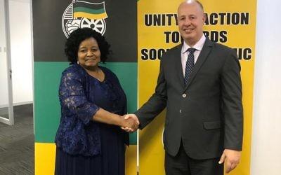 Le ministre de la coopération régionale Tzachi Hanegbi,  à gauche, avec la ministre sur-africaine de l'Environnement, le 6 novembre 2017 (Autorisation)