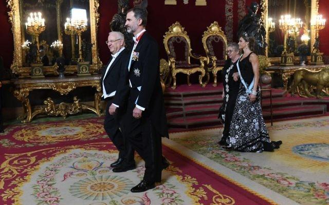 Le président Reuven Rivlin (à gauche) et le roi espagnol Felipe VI à Madrid, le 6 novembre 2017 (Crédit : Haim Zach / GPO)